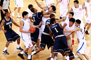smešna slika: borba košarkaških timova SAD protiv Kine