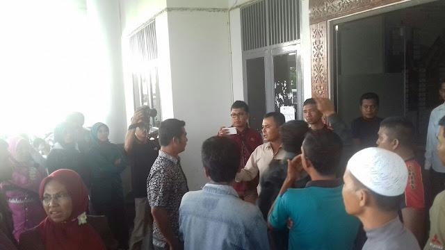 Takut Tak Dibayar Honor, Tenaga Honorer Demo DPRK Abdya