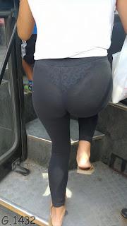 Guapa mujer calzas transparentes