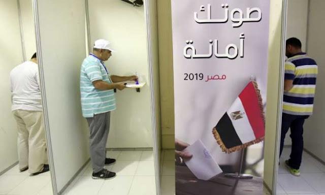 المصريون يصوتون في استفتاء على تعديلات دستورية تمدد حكم السيسي