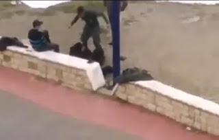 وزارة الداخلية تفتح تحقيقا حول شريط فيديو يوثق اعتداء شخص بزي وظيفي على مواطن بالقرب من أحد الشواطئ