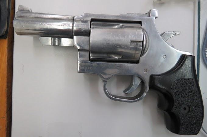 Gumilövedékes pisztollyal lőttek meg egy férfit és a lányát a saját udvarukon