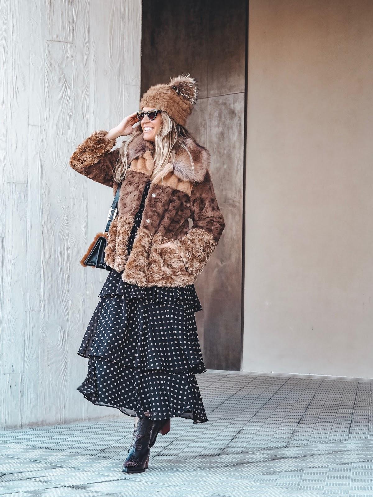 como llevar vestido lunares en invierno