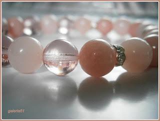 bransoletka na gumce, pudrowy róż, zawieszki serduszka, romantyczna