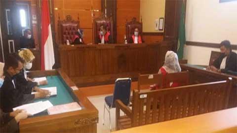 JPU Sylvia Andriati dan Andre Pratama Aldrin dari Kejari Padang menuntut terdakwa Dona Sari Dewi lima tahun penjara