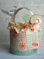 Кошничка от пъстра хартия - цилиндър с оригинална украса