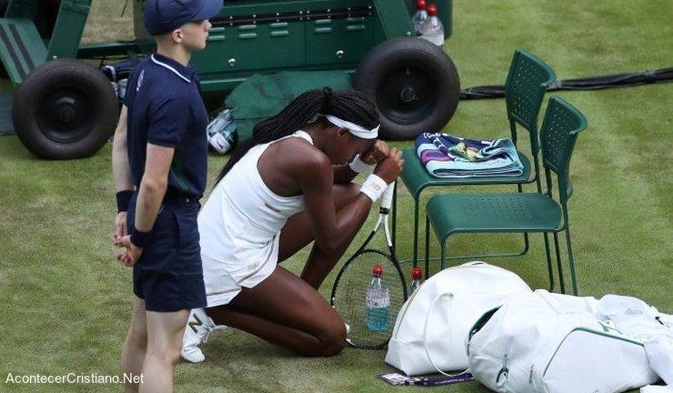Tenista Cori Gauff orando