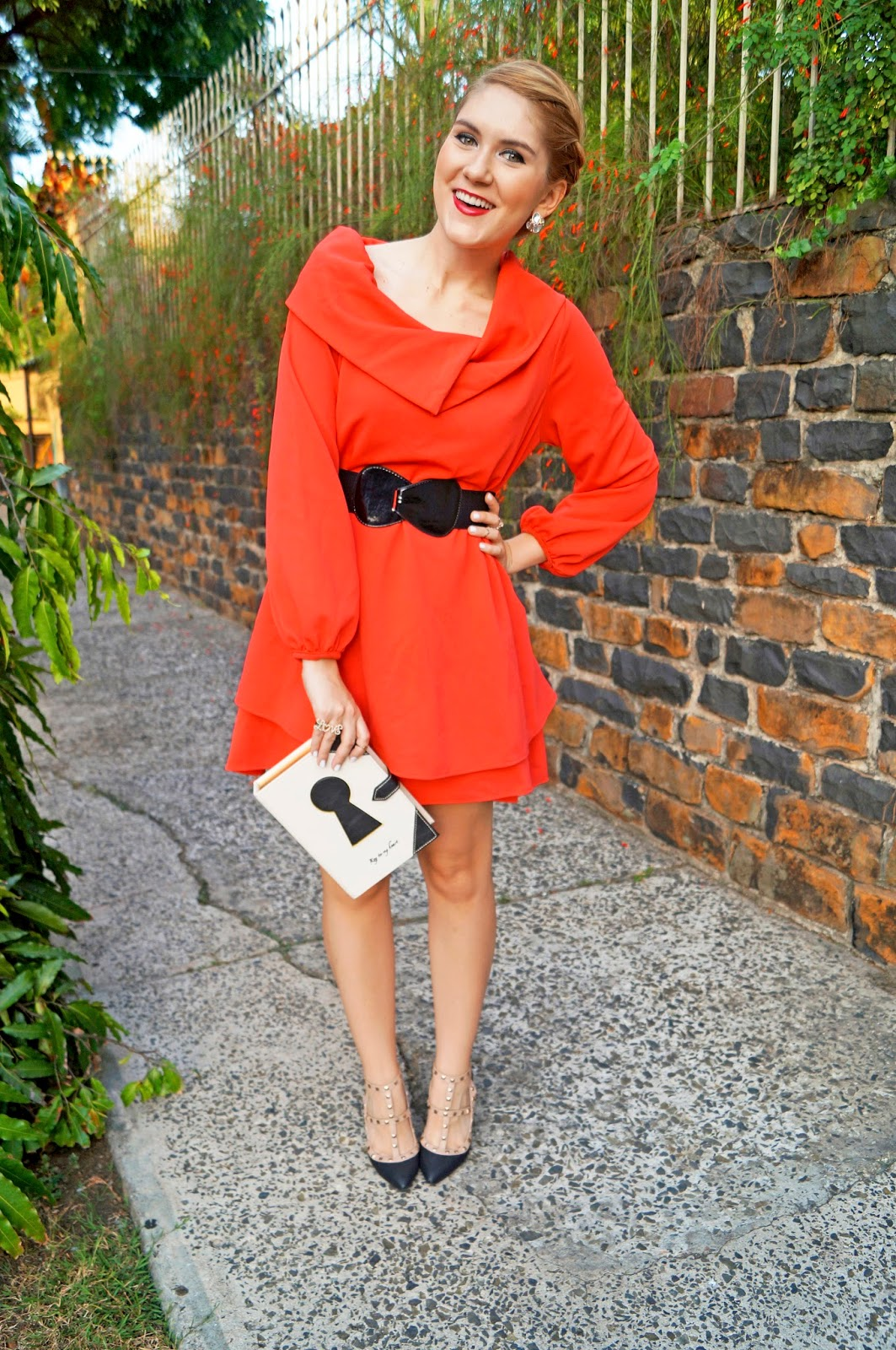 Love this red dress! Click through for more ideas on how to wear this type of dress!