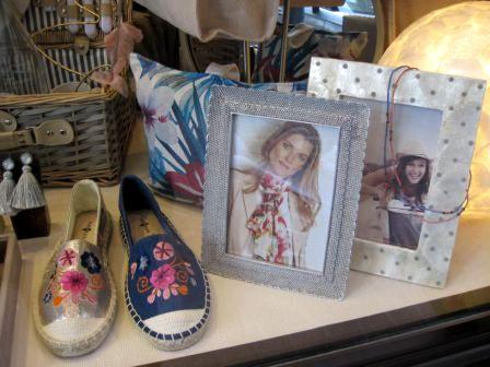 Zapatillas de Surkana con flores bordadas y marcos de fotos.