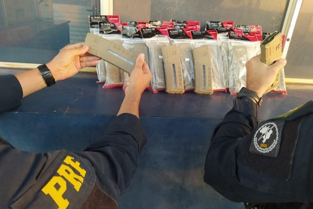 PRF prende homem transportando 28 carregadores de fuzil em ônibus no Paraná