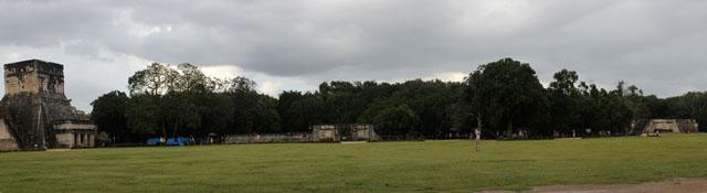 Uno de los lados de la plaza central de Chichén Itzá