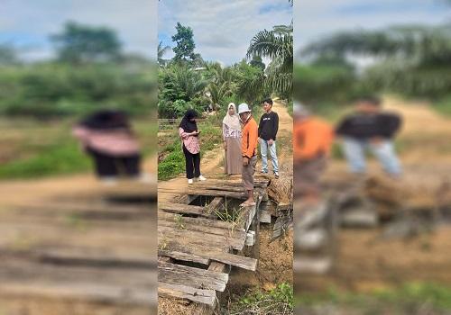Tampak Frans, Kabid Jalan Dinas PUPR Kotabaru beserta jajarannya, didampingi Rahmat, Kades Mulyoharjo saat meninjau kondisi jalan dan jembatan yang rusak parah.