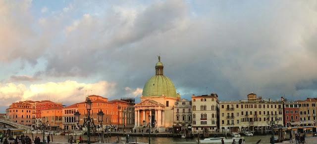 Näkymä Venetsian Santa Lucian rautatieasemalta Canal Granden yli.