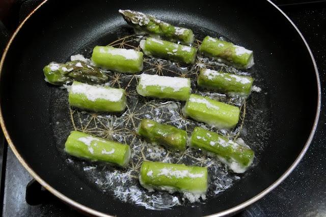 フライパンを中火で熱して油を入れ、片栗粉をまぶしたアスパラガスを間隔をあけて並べ入れ、1分程度そのままいじらず焼き、1分経ったら菜箸で転がしながら2分程度こんがり焼き色がつき火が通ったら火を止め、30秒キッチンペパーの上で油をきります。