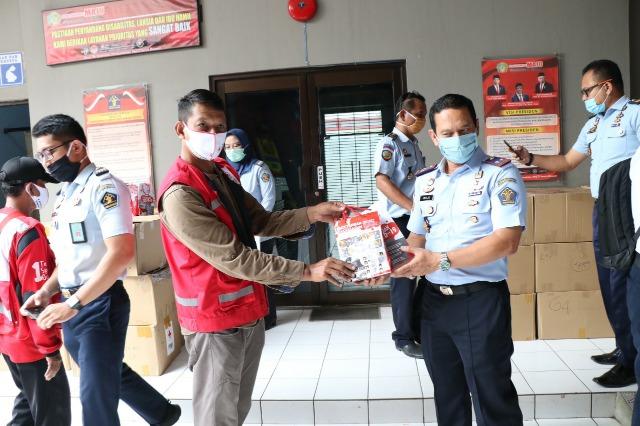 PMI Salurkan 2000 Paket APD,Bagi warga Binaan Rutan Jambe >> https://www.onlinepantura.com/2020/04/pmi-salurkan-2000-paket-apdbagi-warga.html