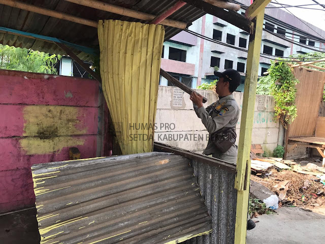 """Satpol PP Kabupaten Bekasi """"Bersihkan"""" Jalur Mudik"""