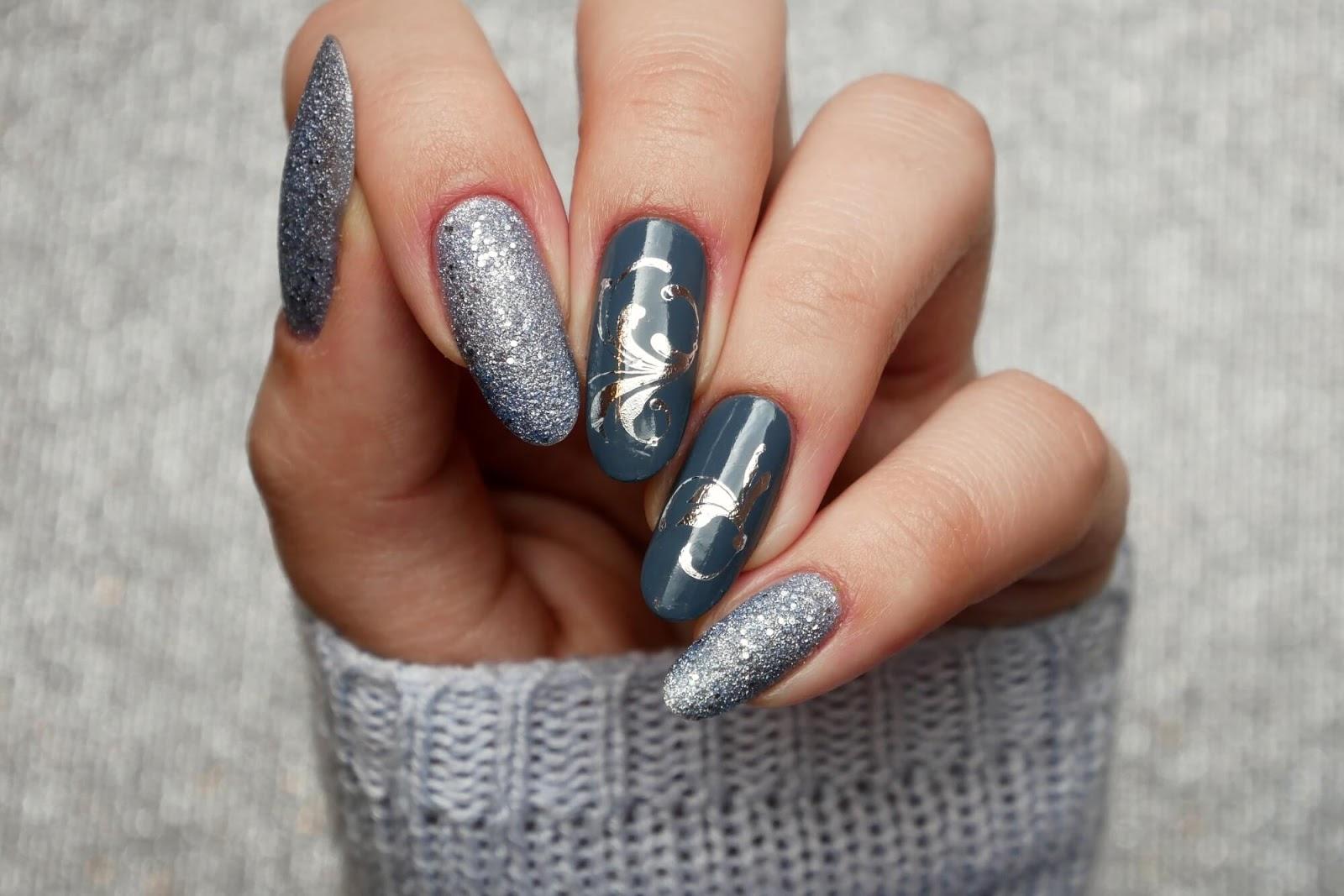 szare paznokcie ze srebrnym