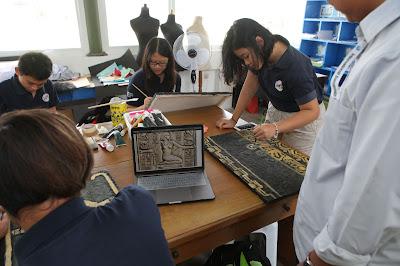 belajar menggunakan sumber digital, misalnya menggunakan internet untuk mencari model dalam kelas seni rupa