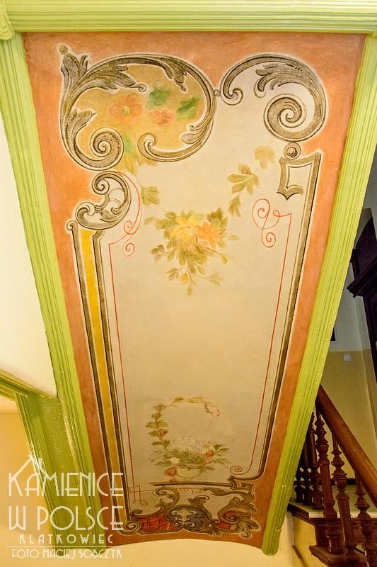 Szczecin: renowacja w jednej z kamienic - malowidła z kwiatami