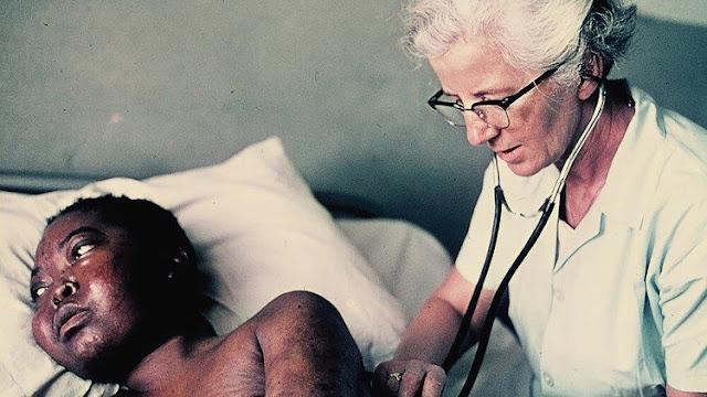 Bác sĩ Wanda Blenska chăm sóc bệnh nhân phong tại Uganda