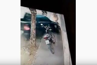 Câmera flagra carro invadindo calçada e atingindo crianças e homem, no interior da PB; veja vídeo