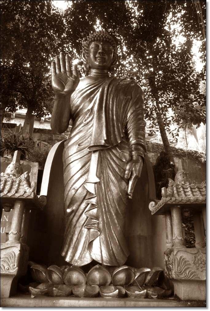 Situs Patung budha-berdiri-bunga-teratai