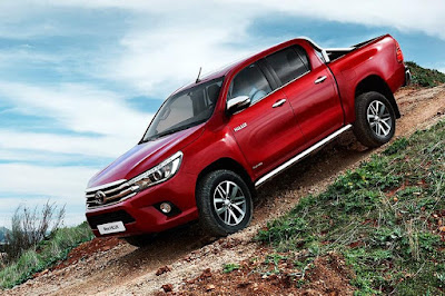 Toyota Hilux Invincible Double Cab (2016) Front Side