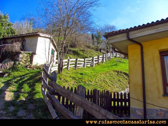 Ruta Requexón Valdunes, la Senda: En Soto de Caso, hacia la salida superior del pueblo