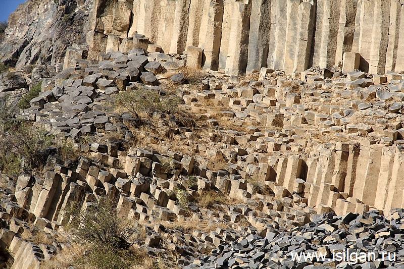 Bazaltovye-stolby-Simfonija-kamnej-Ushhele-Garni-Armenija