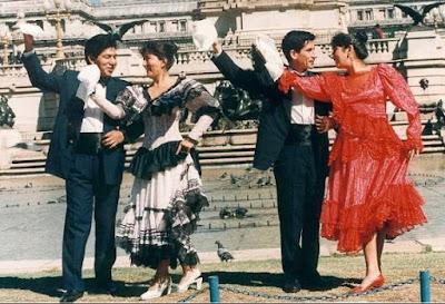 Foto de parejas posando con vestimenta de la marinera limeña
