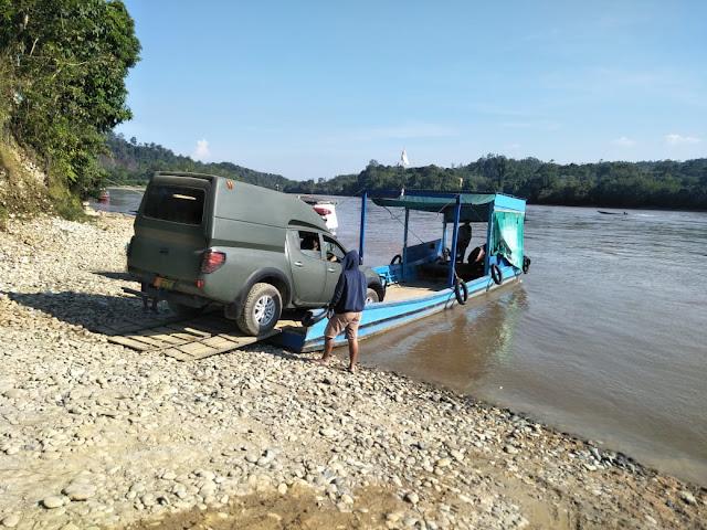 Sebrangi Sungai Mahakam, Satgas Yonif Raider 303 Kostrad Evakuasi Warga