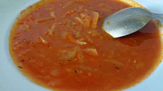 una sopa de verduras con tomate