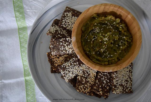 Crackers de linaza y sésamo con babaganoush