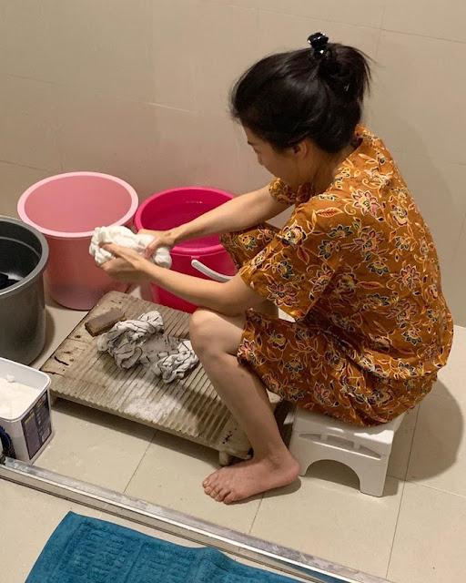 Sudah Tajir Melintir, Ini 7 Potret Sarwendah Cuci Pakaian Sendiri dengan Penggilasan