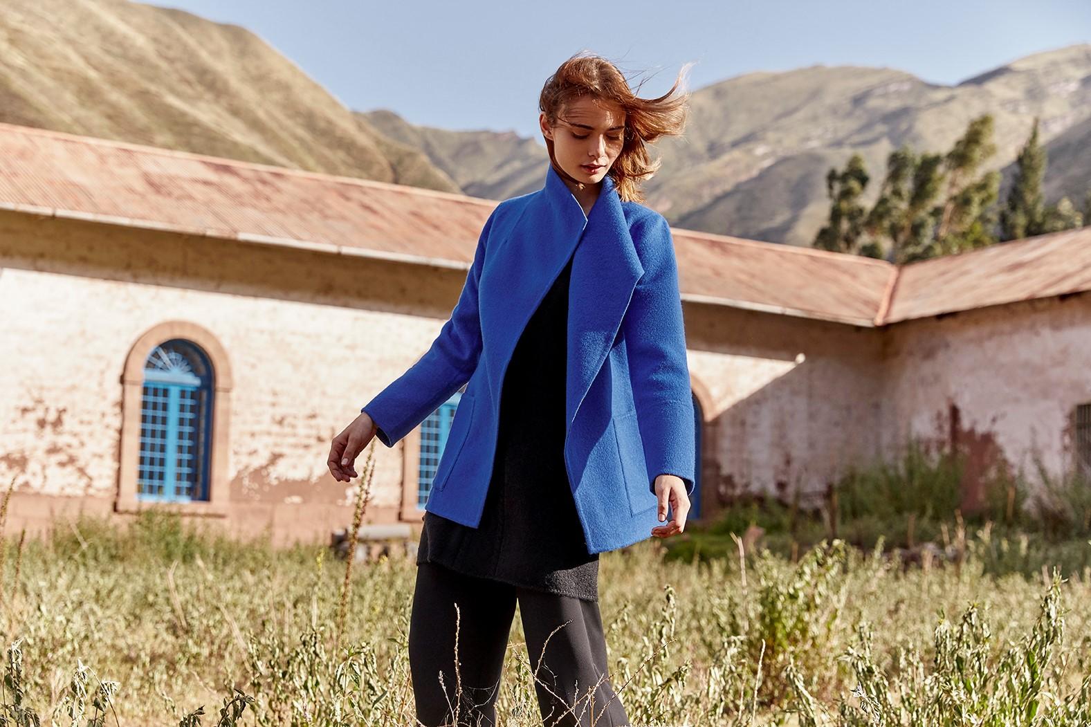abrigo cuello alto de mujer color azul eléctrico
