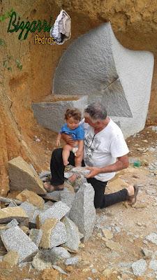 Bizzarri com o neto escolhendo pedras na pedreira do tipo casca de pedra e chapas de pedra para fazer a execução do espelho de uma escada com as pisadas de pedra Carranca tipo cacão. 31 de outubro de 2016.