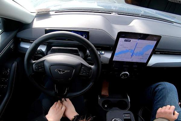 GM processa a Ford por uso de marca BlueCruise de condução autônoma