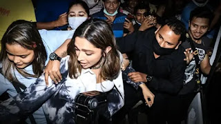 Deepika-padukone-mobbed-by-fan-while-she-came-out-of-a-restauran-video-goes-viral