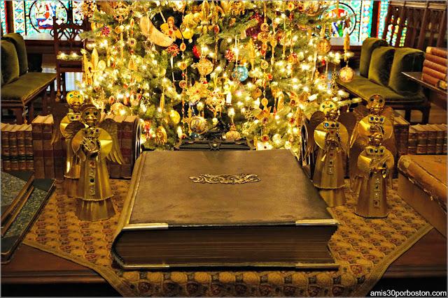 Libro en el Salón Gótico de Marble House, Newport