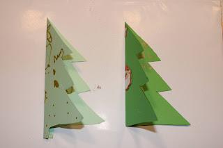 2 postais em forma de Árvore de Natal, o da esquerda decorado com desenhos e o da direita com autocolantes
