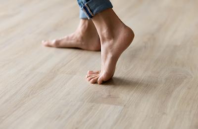 Kelainan flat foot merupakan sebuah kondisi yang mempengaruhi pada kaki manusia. Sehingga kondisi ini akan memberikan efek atau rasa ketidaknyamanan kepada seseorang yang mengalami hal ini. Hal ini bisa terjadi disebabkan oleh beberapa hal yang tentunya akan di bahas dalam artikel ini.  Maka dari itu untuk mengetahui lebih lanjut dalam membaca bahasan dari kelainan flat foot pada kaki manusia, silahkan di simak dan baca dengan yang telah tersaji di bawah ini.     Kelainan Flat Foot Pada Kaki Manusia  Flat foot merupakan sebuah kondisi kelainan pada kaki manusia. Kondisi ini akan sangat mempengaruhi keadaan fisik dari seseorang yang mengalami kondisi ini, hal ini dikarenakan adanya rasa ketidaknyamanan pada kaki manusia yaitu nyeri dan penurunan kekuatan otot. Hal ini bisa terjadi dikarenakan oleh cedera dan sebagainya.  Maka dari itu penting untuk mengetahui dan mengenali dari kondisi ini, agar didalam aktivitas keseharian dapat melakukannya dengan penuh kehati-hatian. Untuk mengetahui lebih lanjut dalam bahasan dari kondisi ini silahkan di simak dan ikuti dengan sebagai berikut ini :  1. Pengertian Flat Foot  Flat foot merupakan suatu keadaan yang elastisitas atau kemampuan kaki atau tapak kaki yang sudah tidak tampak.  2. Etiologi Flat Foot  Etiologi dari kondisi ini adalah sebagai berikut : Orang dengan otot kaki plantar hipertrofi biasa memiliki kaki datar (pejalan kaki seumur hidup).  3. Faktor Risiko Flat Foot  Faktor risiko dari kondisi ini adalah sebagai berikut : Cedera kaki, radang pada pergelangan kaki, proses penuaan Obesitas yang menyebabkan penumpukan lemak pada lengkungan kaki, cedera kaki  4. Manifestasi Klinis Flat Foot  Manifestasi klinis dari kondisi ini adalah sebagai berikut : Nyeri pada kaki dan tungkai, penurunan kekuatan otot   Nah itu dia bahasan dari kelainan flat foot pada kaki manusia, dari bahasan di atas bisa diketahui mengenai pengertian, etiologi, faktor risiko, dan manisfestasi klinis dari kondisi ini. Mungkin hanya itu yang bisa dis