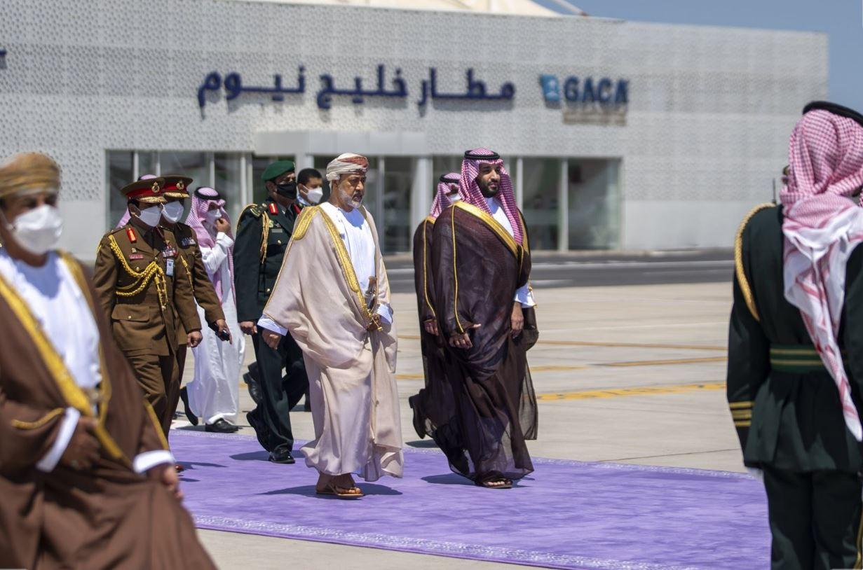 بعد زيارة مباحثات ولي العهد السعودي يودع سلطان عمان Oman في مطار نيوم