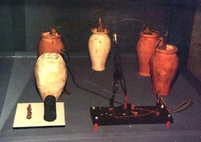 Baterai yang ada sebelum Masehi. Baterai secara resmi ditemukan oleh Alessandro Volta pada tahun 1799. Tapi tahukah kamu bahwa pada tahun 1936 di area Tel Khujut Rabu, bagian selatan kota Baghdad, Irak ditemukan baterai yang usianya diduga sudah lebih dari 2000 tahun! Baterai ini sering disebut Baghdad Battery atau Parthian Battery.