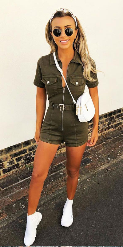 26 Charming Fall Outfits for College Girls. All Casual Fall Wear Every Girl Who Goes to College Will Love. High School Fashion +Teen Outfits via higiggle.com | khaki playsuit | #falloutfits #college #teenoutfits #playsuit