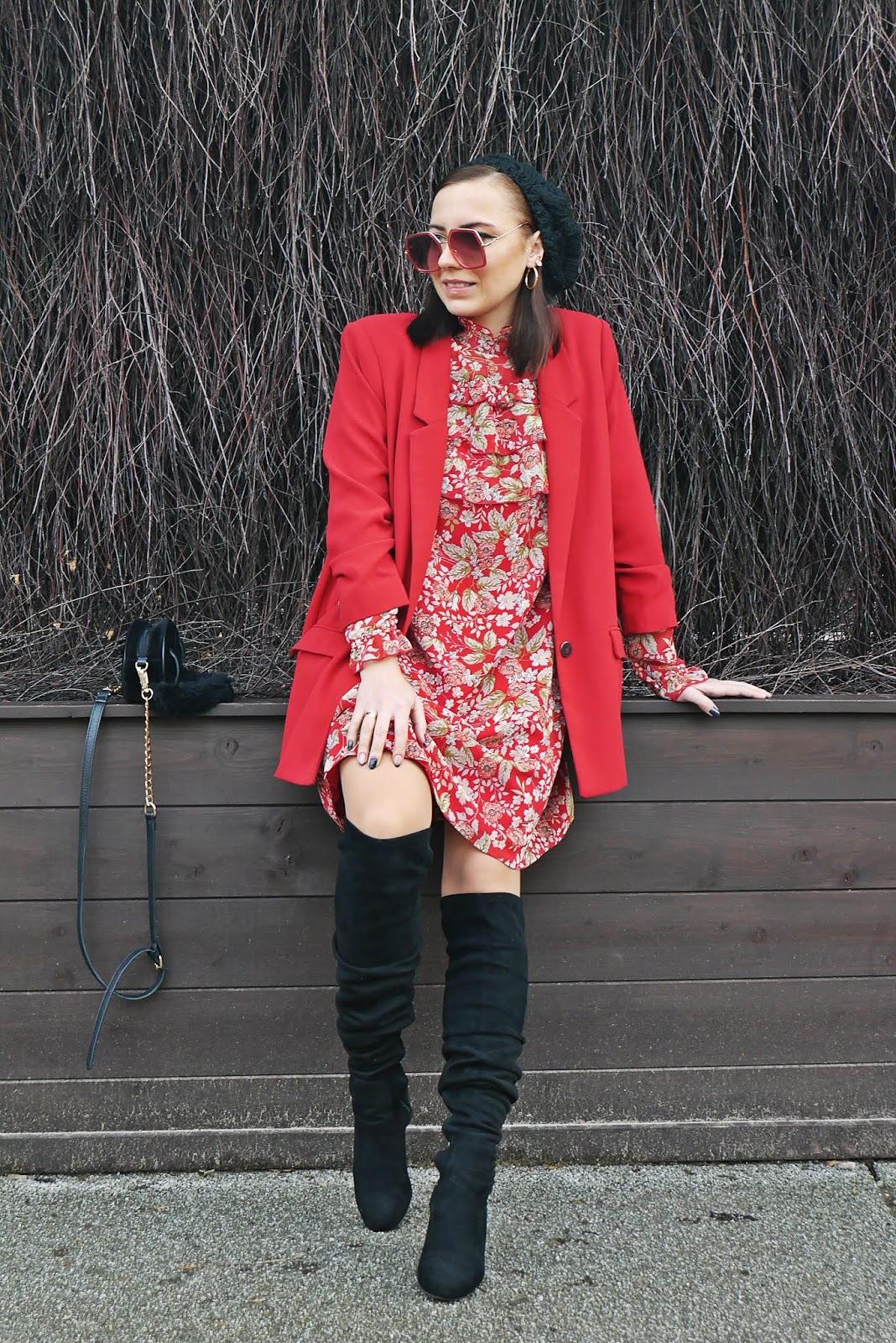 Sukienka w kwiaty bonprix czerwona marynarka mango czarne kozaki za kolano renee okulary kolczyki złote koła aliexpress torebka nerka stylizacja na zimę jesień look beret puławy