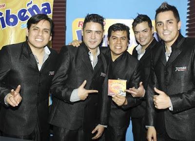Foto de la Orquesta Candela posando con su disco