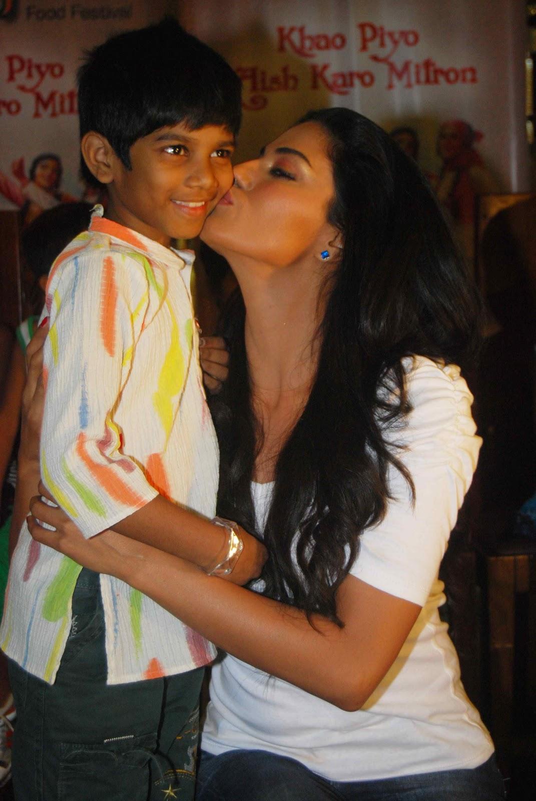 Veena Malik Adopts Payal Kamble Seven Year Old Girl -8242