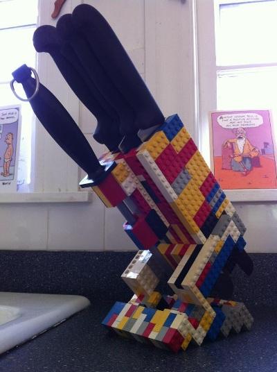 6. Lego menjadi knife holder atau tempat menyimpan pisau dapur