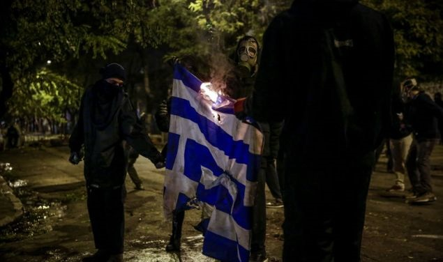 Πως φέρθηκαν οι δυνάμεις καταστολής, στους Έλληνες και πως σε αυτούς, που κάψανε την σημαία (ΒΙΝΤΕΟ)