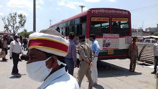 श्रमिक ट्रेन के माध्यम से रेलवे स्टेशन उरई में आने वाले प्रवासी कामगारों को सम्बन्धित जनपद भिजवाया गया     संवाददाता, Journalist Anil Prabhakar.                 www.upviral24.in